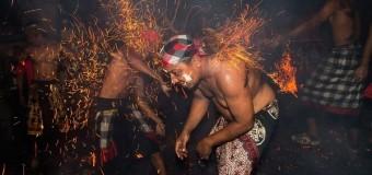 Độc đáo lễ hội ném lửa ở Bali