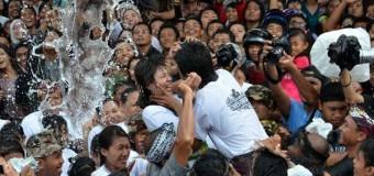Thú vị lễ hội nụ hôn ở Bali