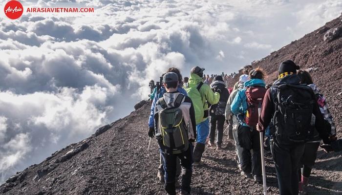 Hàng năm rất nhiều người chinh phục núi Phú Sĩ