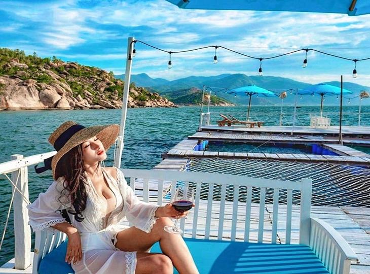 Thư giãn với những trải nghiệm tại quán bar nổi trên biển Cam Ranh