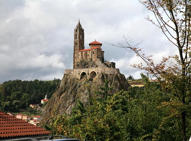 Nhà thờ nằm trên đỉnh núi lửa tại Pháp